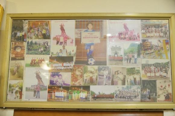 Những tấm hình lưu niệm, Quang Hải cùng gia đình và trái bóng được treo giữa phòng khách tại nhà