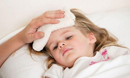 Bé trai 9 tháng tuổi suýt mất mạng chỉ vì cha mẹ dùng cách này để hạ sốt
