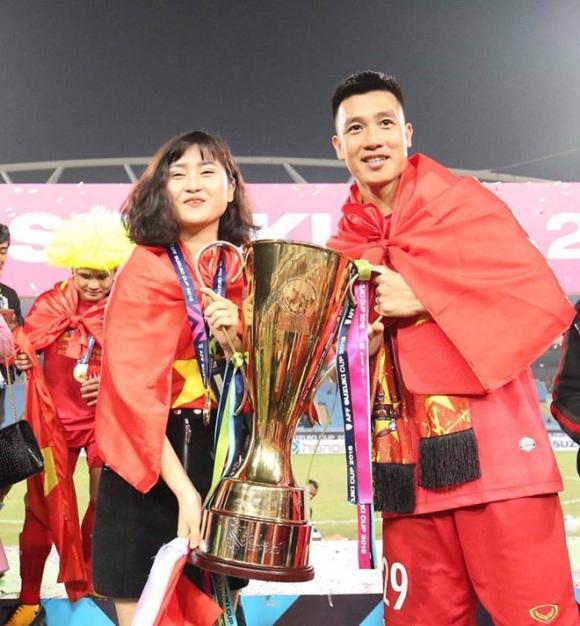 Tiền vệ Huy Hùng - cầu thủ chăm khoe ảnh bạn gái nhất tuyển Việt Nam - 1