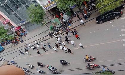 Hai nhóm giang hồ hỗn chiến kinh hoàng trên đường phố Sài Gòn, dân nháo nhào tìm chỗ trú thân
