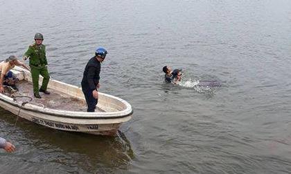 Hà Nội: Công an dùng cano cứu sống người đàn ông nhảy hồ Linh Đàm tự tử