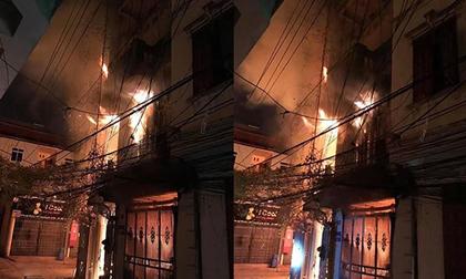 Nhà 4 tầng bốc cháy dữ dội lúc sáng sớm, nhiều người hoảng loạn