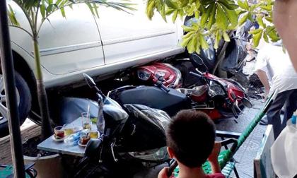 """Nữ tài xế lùi ô tô như """"tên bắn"""" qua đường, 4 xe máy bị cuốn vào gầm"""