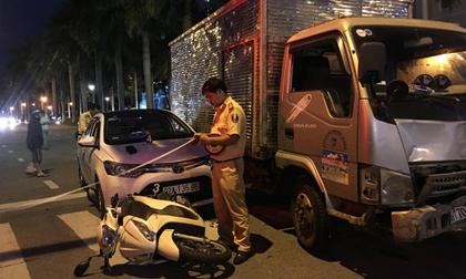 Xe tải tông văng 2 xe ô tô và 1 xe máy đang dừng đèn đỏ