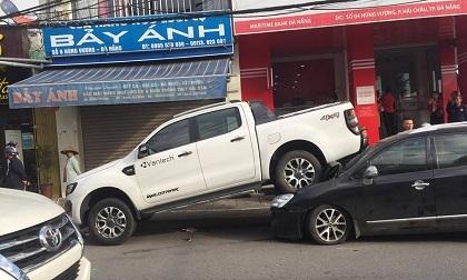 """Phát hoảng với hiện trường vụ tai nạn ô tô bán tải """"ngồi"""" trên """"xế hộp"""""""
