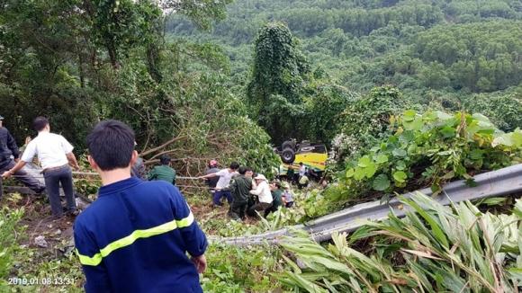 Xe khách rơi trên đèo Hải Vân, 21 sinh viên bị nạn - ảnh 2