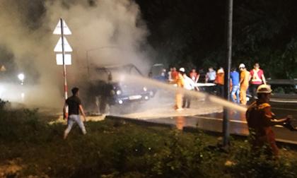 Ôtô tải bốc cháy ngùn ngụt trong đêm, tài xế bung cửa thoát thân