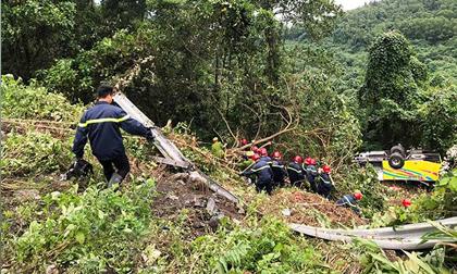 Phút giải cứu nữ sinh viên kẹt trong chiếc xe nát tươm dưới vực đèo Hải Vân