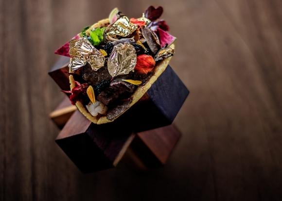 Những món ăn bọc vàng cực xa xỉ, thực khách vừa ăn vừa tiếc - 1
