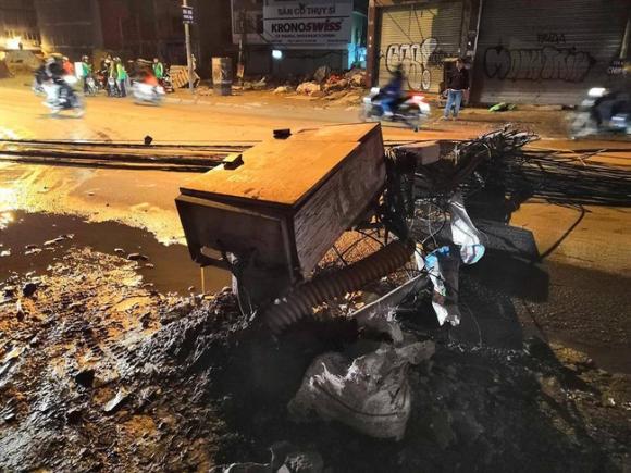 Hà Nội: Kinh hoàng xe bồn kéo đổ hàng loạt cột điện rồi bỏ chạy khiến nhiều hộ dân mất điện - Ảnh 1.