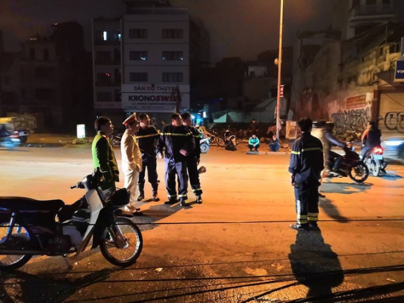 Hà Nội: Kinh hoàng xe bồn kéo đổ hàng loạt cột điện rồi bỏ chạy khiến nhiều hộ dân mất điện - Ảnh 3.
