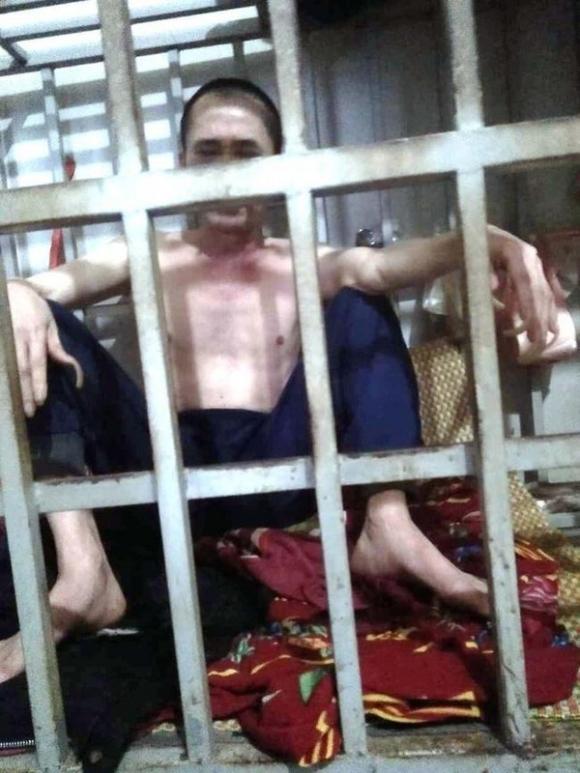 Hình ảnh ông N. bị nhốt trong lồng sắt nhiều năm liền, khiến dư luận xôn xao ở Thanh Hóa.