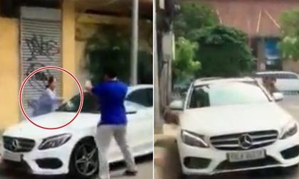 Cụ bà đập nát xe Mercedes đỗ trước cửa nhà sau lời thách thức