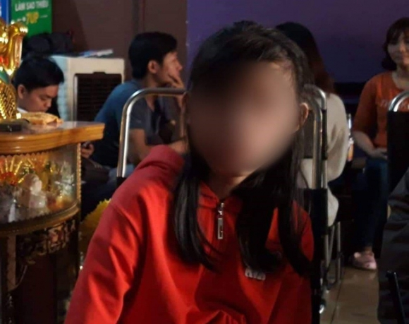 Bình Dương: Phẫn nộ cha dượng đồi bại hiếp dâm hàng chục lần con gái 12 tuổi - Ảnh 2.
