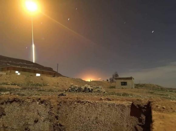 NÓNG: Israel tấn công Damascus, nhiều tiếng nổ lớn rung chuyển Damascus - Tên lửa S-300 đã khai hỏa? - Ảnh 1.