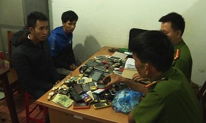 Nam thanh niên rủ người yêu đi trộm hàng trăm điện thoại