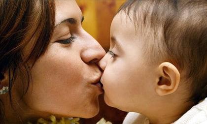'Truyền' bệnh lậu, viêm gan cho con vì hôn môi, mớm cơm
