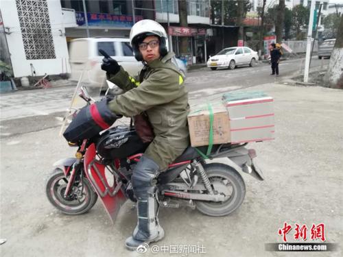 Chàng trai chở tro cốt của cha đi hơn 4000 cây số về nhà ăn Tết - Ảnh 1.
