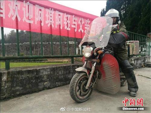 Chàng trai chở tro cốt của cha đi hơn 4000 cây số về nhà ăn Tết - Ảnh 2.