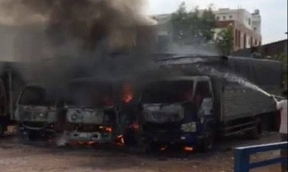 Cháy lớn tại bãi xe ở Sài Gòn, nhiều xe tải bị thiêu rụi ngày 30 Tết