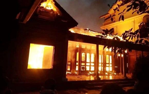 Cháy nhà gỗ tiền tỉ nghi do thắp hương sau Tết - ảnh 1