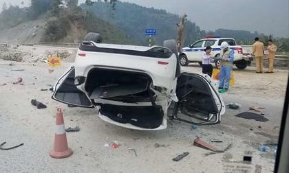 Gặp tai nạn kinh hoàng, xế hộp chở 3 người 'phơi bụng' trên cao tốc
