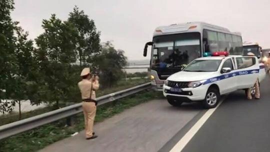 """Xe khách chở 60 người """"làm xiếc"""" trên cao tốc rồi húc vào xe CSGT - 1"""