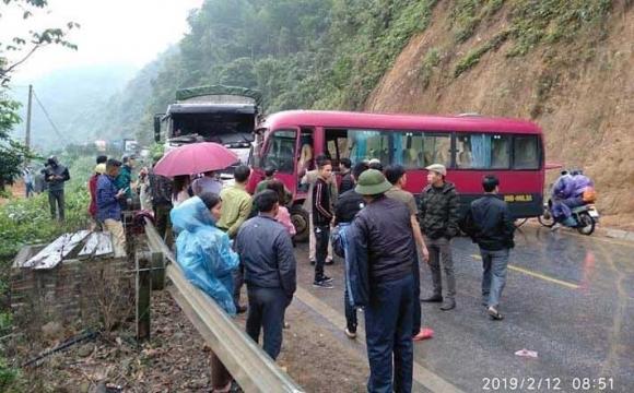 Xe khách đấu đầu xe tải, nhiều hành khách la hét kêu cứu - 1