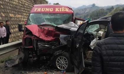 Xe khách và ô tô đâm nhau kinh hoàng trên cao tốc