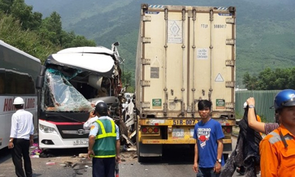 Ô tô khách chở đoàn du lịch đấu đầu container, 11 người bị thương