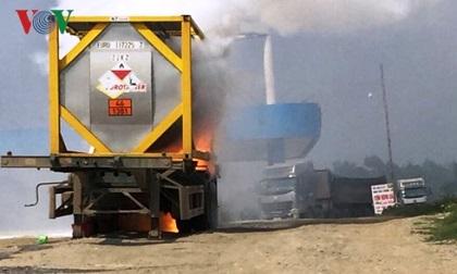 Xe chở hóa chất bốc cháy dữ dội trên cao tốc Nội Bài – Lào Cai
