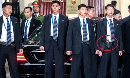 Sau lớp áo vest của cận vệ Triều Tiên là khẩu súng trứ danh và rất đặc biệt