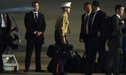 Cận cảnh chiếc 'vali hạt nhân' quyền lực - vật bất ly thân của Tổng thống Trump tại Hà Nội