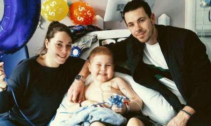 Câu chuyện xúc động: 5.000 người xếp hàng trong mưa chờ hiến tạng cho cậu bé ung thư bạch cầu