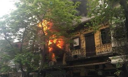 Cháy lớn tại cửa hàng quần áo trên phố Bát Đàn, một cháu nhỏ vội chạy ra ngoài thoát thân