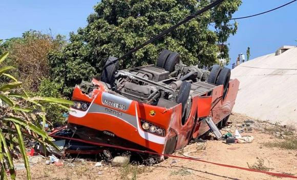 Xe chở đoàn du khách Hàn Quốc lao xuống vực ở Bình Thuận: Tài xế đã tử vong - 1