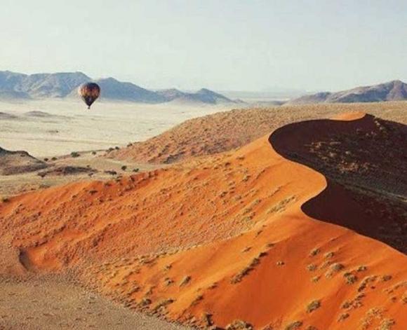 Sa mạc nguy hiểm nhất thế giới, nơi cồn cát đỏ rực mọc trên nền đất trắng như tuyết - 2