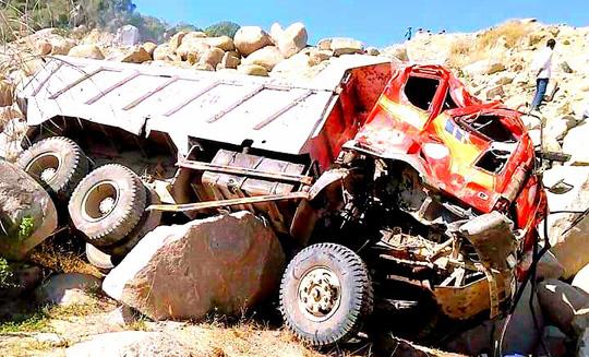 Sạt lở núi, tài xế cùng xe ben rơi xuống vực sâu tử nạn - 1