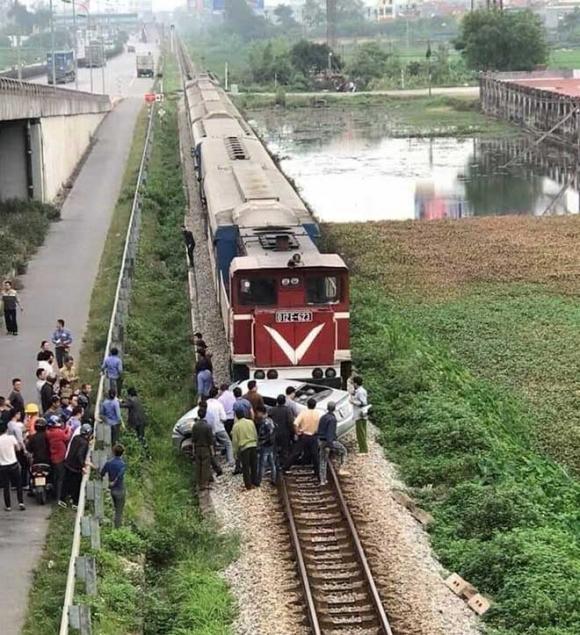 Tàu hỏa kéo lê ô tô trên đường ray, 5 người thương vong - 1