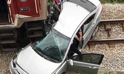 Tàu hỏa kéo lê ô tô trên đường ray, 5 người thương vong