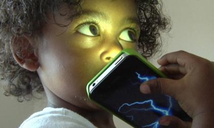 Cảnh báo khoa học đã chứng minh: Trẻ nhỏ xài điện thoại dễ mắc 12 loại ung thư khi trưởng thành
