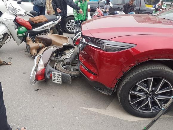 Hà Nội: Ô tô đâm hàng loạt xe máy ở Ngã Tư Sở - Ảnh 2.