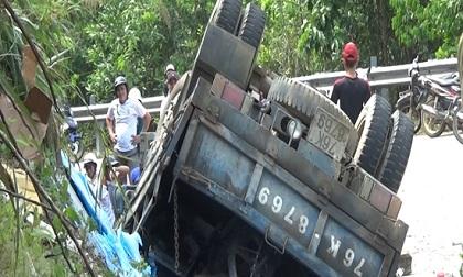 Xe ô tô tải lật ngửa, 3 người thương vong