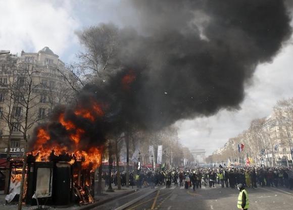 Bạo lực dâng cao, trung tâm Paris chìm trong khói lửa