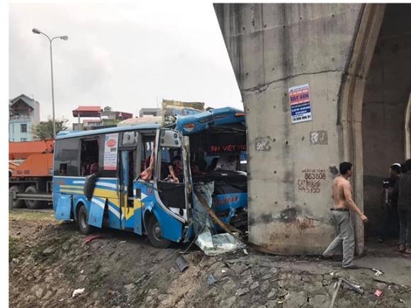 Kinh hoàng xe khách lao thẳng vào trụ cầu vượt, nhiều người bị thương - 1