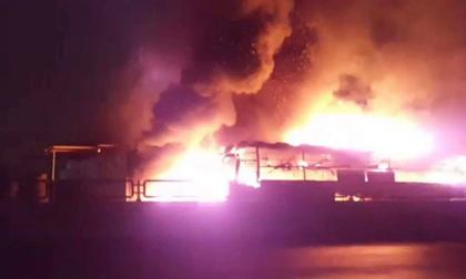 Xe khách cháy ngùn ngụt trên Quốc lộ 1A