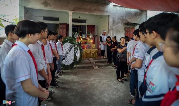 Khăn quàng đỏ đẫm nước mắt ở đại tang 8 học sinh đuối nước