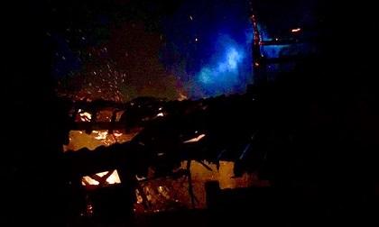 Cháy nhà chứa củi, hơn 300 người dân dập lửa trong đêm