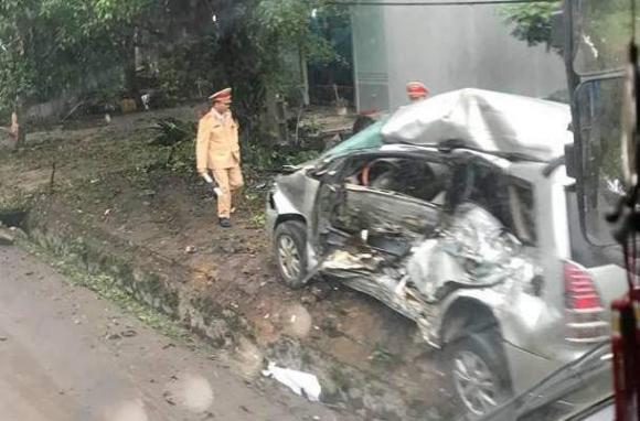 """Xe tải """"điên"""" tông trúng Innova chở 8 người, cháu bé Hàn Quốc tử vong - Ảnh 1."""
