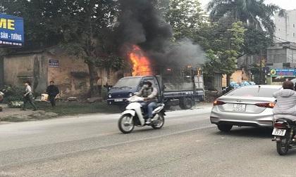 Thùng xe tải bốc cháy dữ dội giữa phố Hà Nội